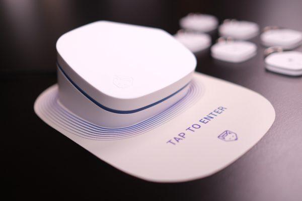 Australia phát triển cảm biến phát hiện nhanh Covid-19 chỉ nhỏ như chiếc thẻ đeo trên người