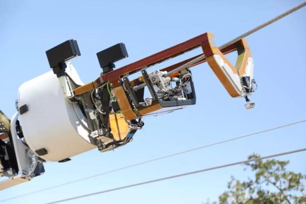 Bombyx : Robot bò trên dây điện, kéo cáp Internet của Facebook