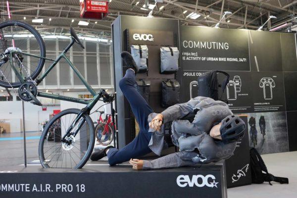 Commute Air Pro 18: Ba lô tích hợp túi khí bung ra trong 0,2 giây khi có tai nạn