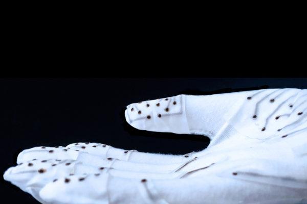MIT phát triển găng tay cảm ứng để hỗ trợ trong phục hồi đột quỵ